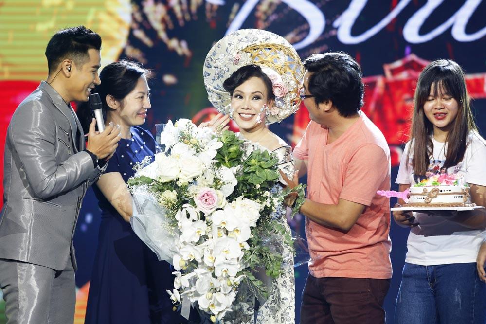 Việt Hương được chúc mừng sinh nhật trên trường quay