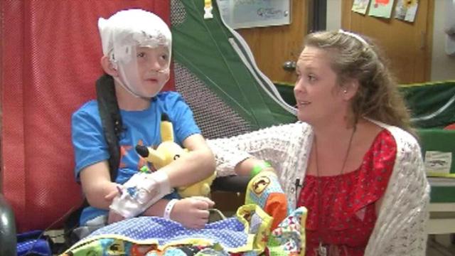 Căn bệnh lạ khiến cậu bé ngủ bất thình lình suốt 11 ngày