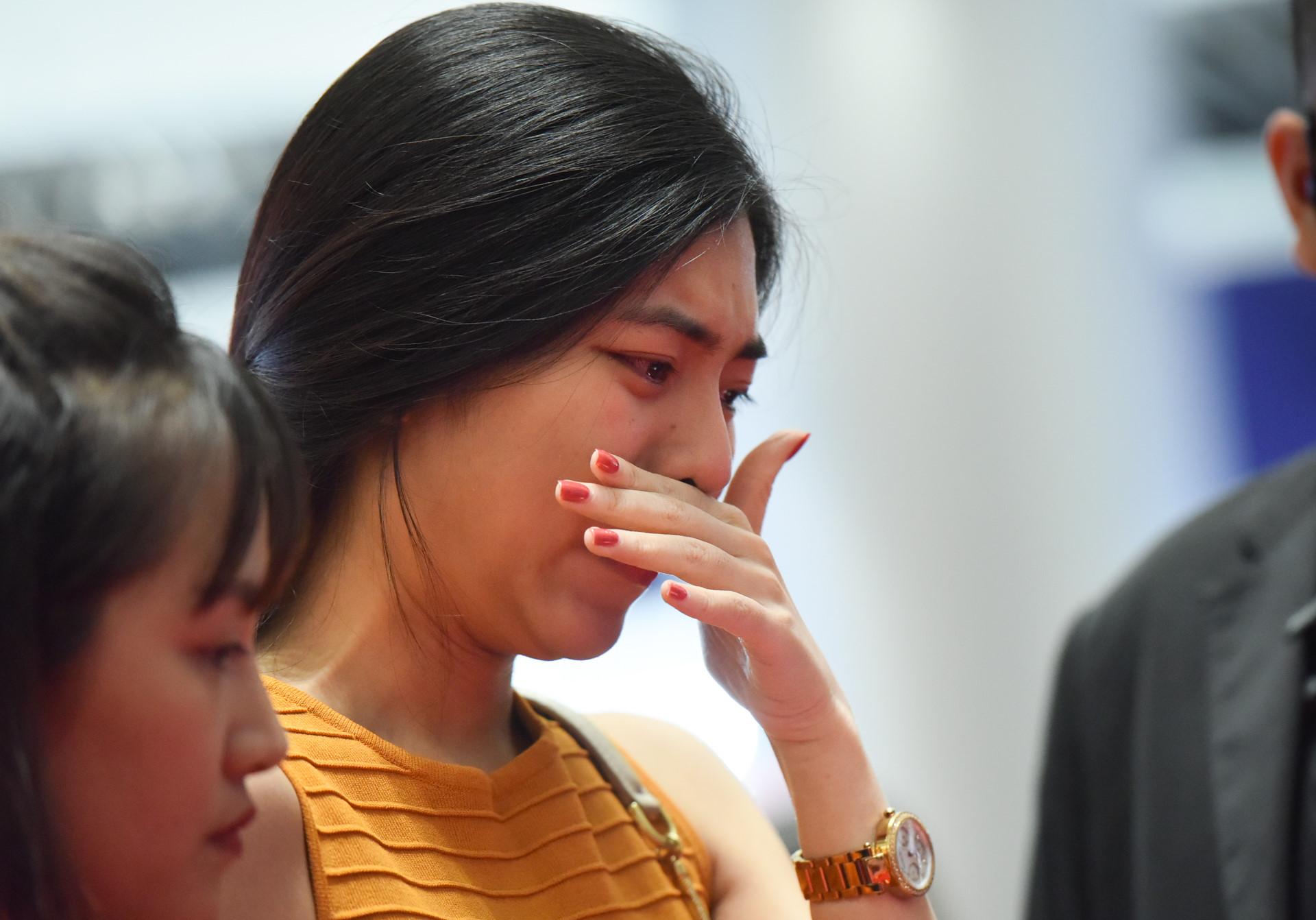 Chị gái cậu bé qua đời vì ung thư bật khóc khi xin chữ ký Sơn Tùng