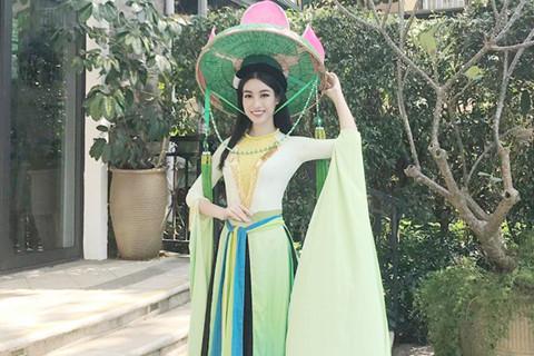 Hoa hậu Mỹ Linh mặc áo tứ thân, đội nón quai thao ở Miss World 2017