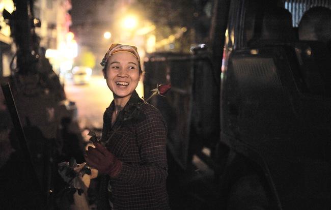 Theo chân những phụ nữ Việt vất vả mưu sinh trong đêm và nụ cười bừng sáng ngày lễ dành cho chính họ