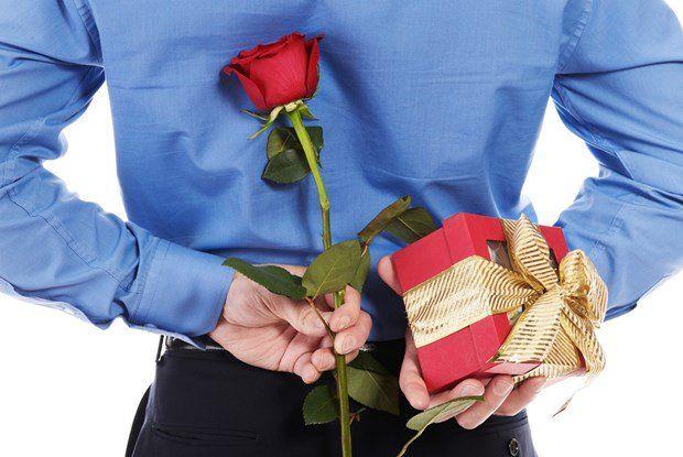 """Yêu nhau 6 tháng, cô gái trẻ chỉ cho người yêu cầm tay vì tặng quà """"lìu tìu"""" toàn 1-2 triệu"""