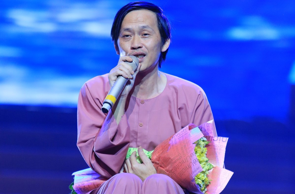 """Hoài Linh ngồi bệt hát """"Hàn Mặc Tử"""" trên sân khấu Hà Nội"""