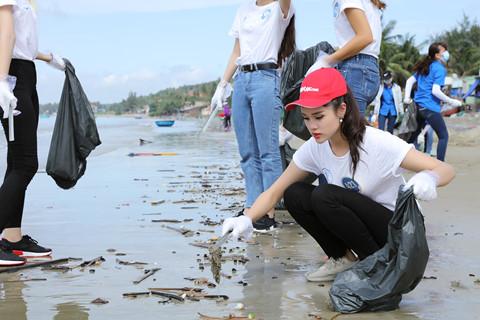 Thí sinh Hoa hậu Đại dương nhặt rác, kêu gọi bảo vệ môi trường