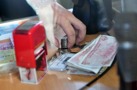 CSGT Đồng Nai khuyên tài xế không dùng tiền lẻ mua vé qua trạm thu phí