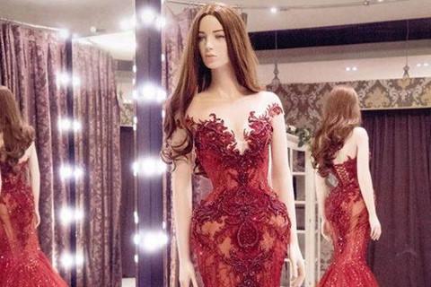 Huyền My chọn đầm dạ hội màu đỏ rực rỡ ở chung kết Hoa hậu Hòa bình