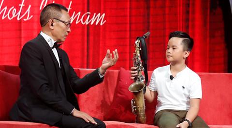 Sự hiếu thảo của cậu bé mồ côi cha khiến MC Lại Văn Sâm xúc động