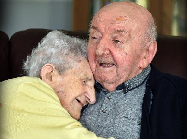 Mẹ 98 chuyển đến nhà dưỡng lão chăm sóc con trai 80 tuổi
