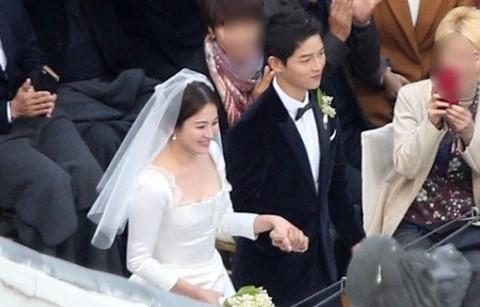 Song Hye Kyo diện váy cúp ngực gợi cảm trong lễ cưới