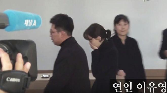 Bạn gái khóc nức nở khi nhiều nghệ sĩ đến viếng Kim Joo Hyuk