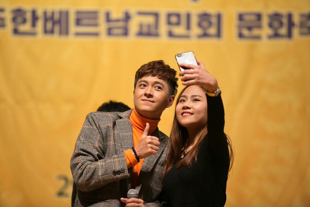 Ngô Kiến Huy được fan nữ mến mộ khi diễn tại Hàn Quốc