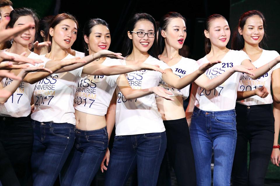 Người đẹp Hoa hậu Hoàn vũ Việt Nam tập luyện cho đêm bán kết