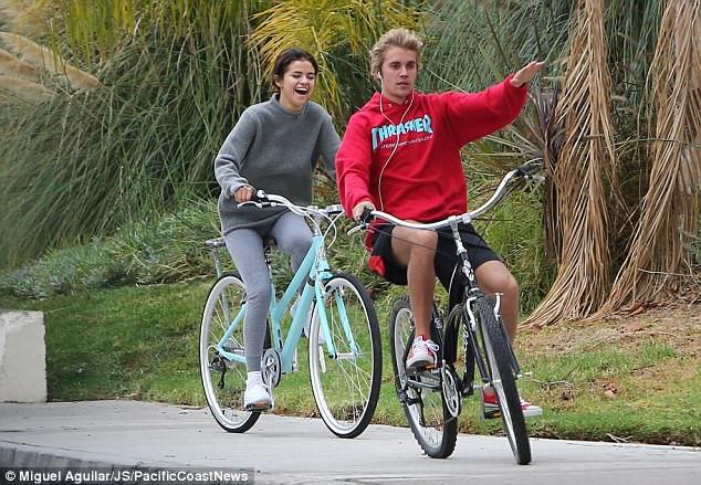 Justin Bieber và Selena Gomez đạp xe dạo phố giữa tin tái hợp