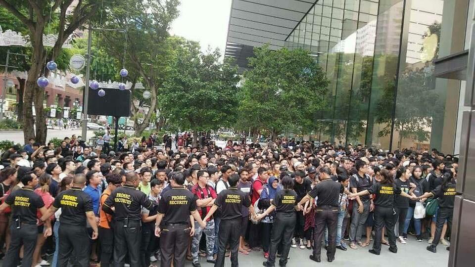 Hỗn loạn mua iPhone X tại Singapore