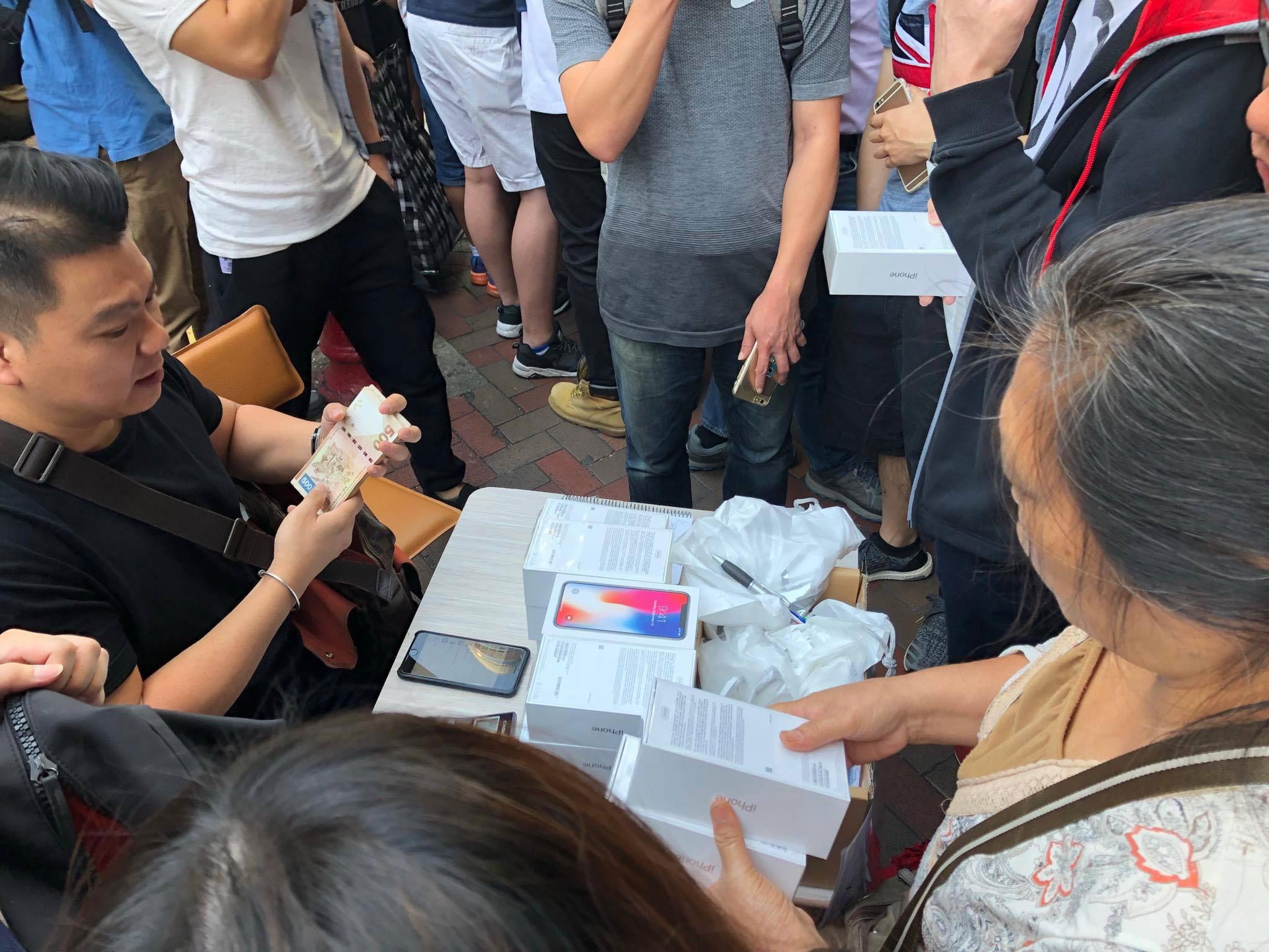 iPhone X đóng thùng xốp, bán như cá ở Hong Kong