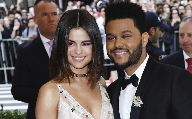 Selena Gomez và The Weeknd chia tay qua điện thoại