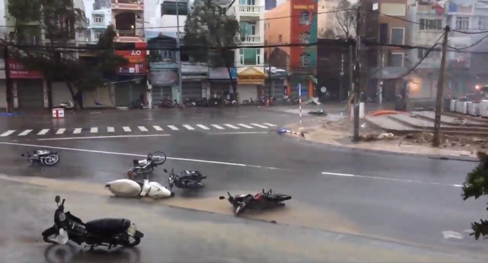 Gió giật sập cổng chào ở Đà Nẵng dù bão đổ bộ Phú Yên - Khánh Hòa
