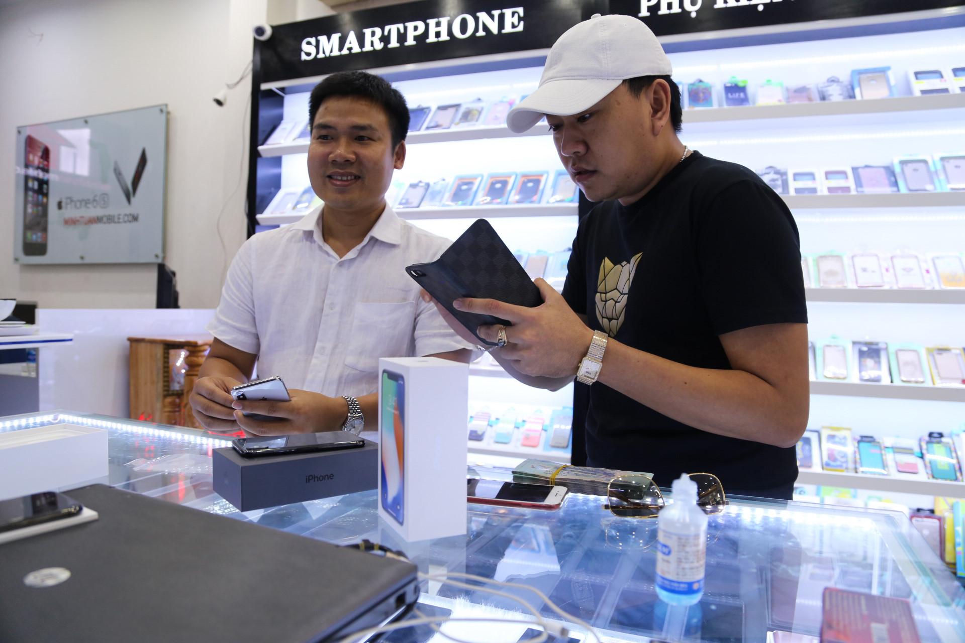 """Người Việt đầu tiên mua iPhone X: """"Ngày rớt chục triệu cũng cam"""""""