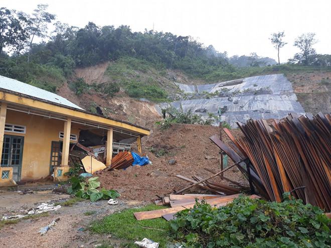 8 người bị chôn vùi do sạt lở núi ập xuống 3 căn nhà ở Quảng Nam