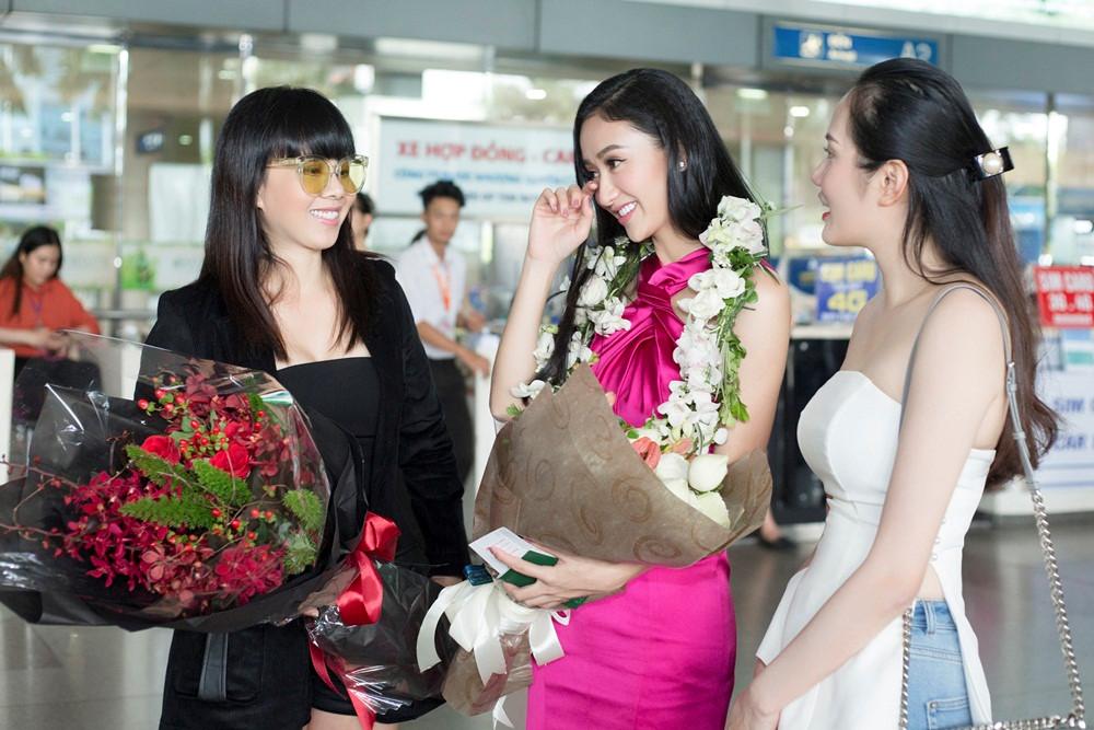 Hà Thu rạng rỡ trở về nước dù trượt top 8 Hoa hậu Trái đất 2017