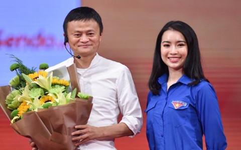 Hoa khôi Học viện Ngoại giao selfie, đối thoại với Jack Ma