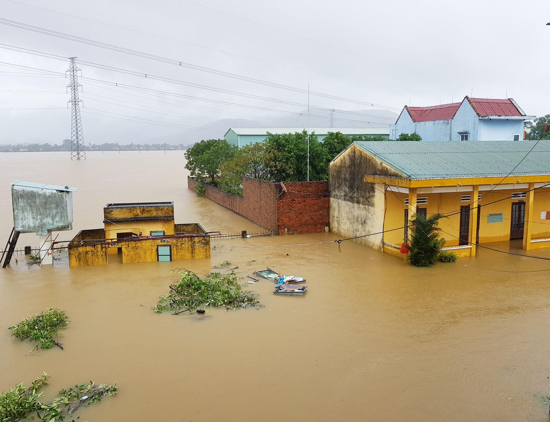 """Hơn 15.000 ngôi nhà ở """"rốn lũ"""" Đại Lộc ngập sâu trong nước"""