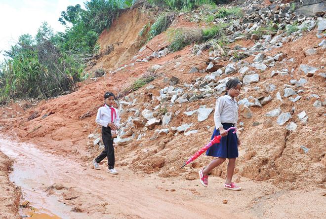Núi lở vùi lấp làm 2 người chết ở Quảng Ngãi