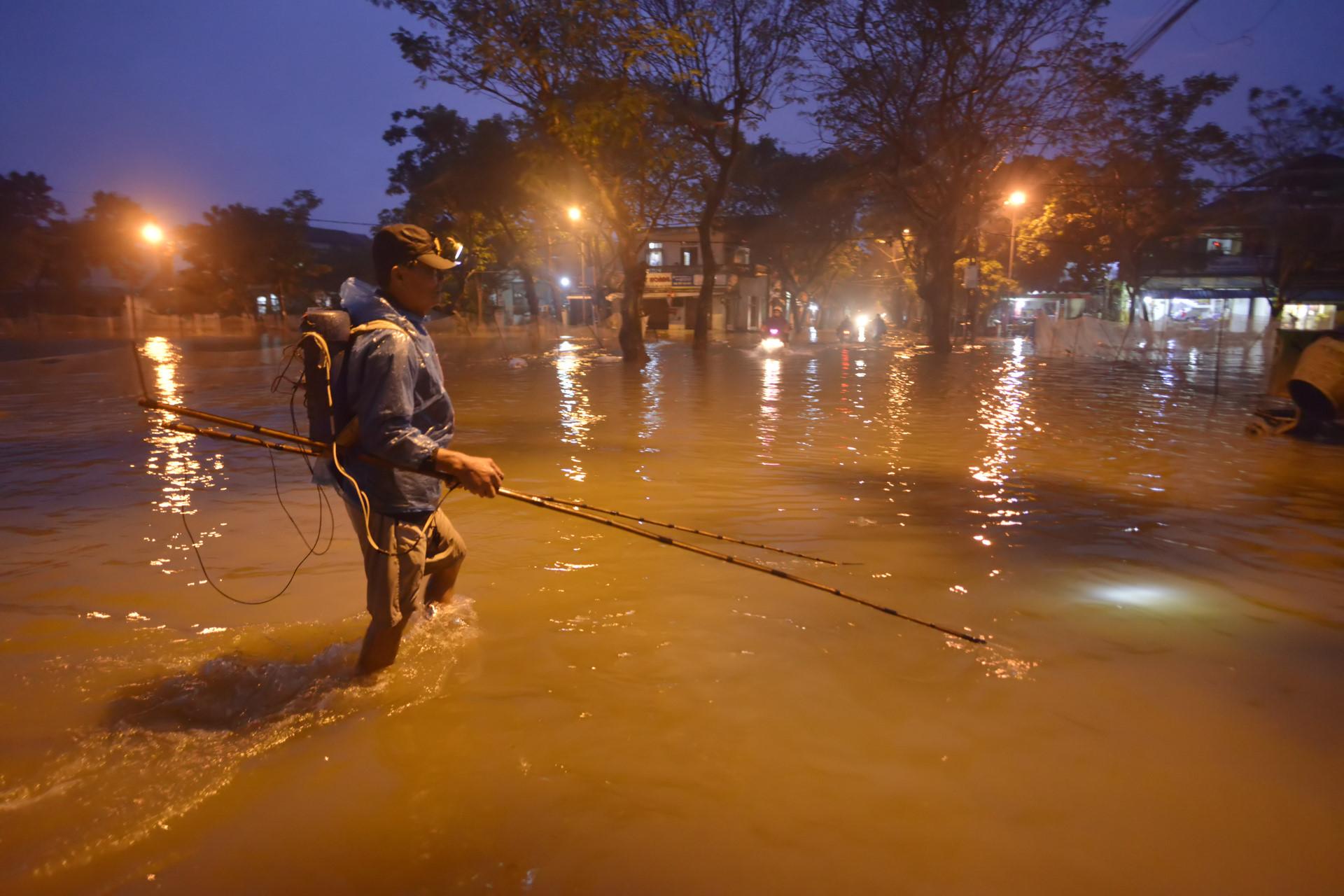 Đánh bắt cá bằng xung điện trên đường phố ở Huế
