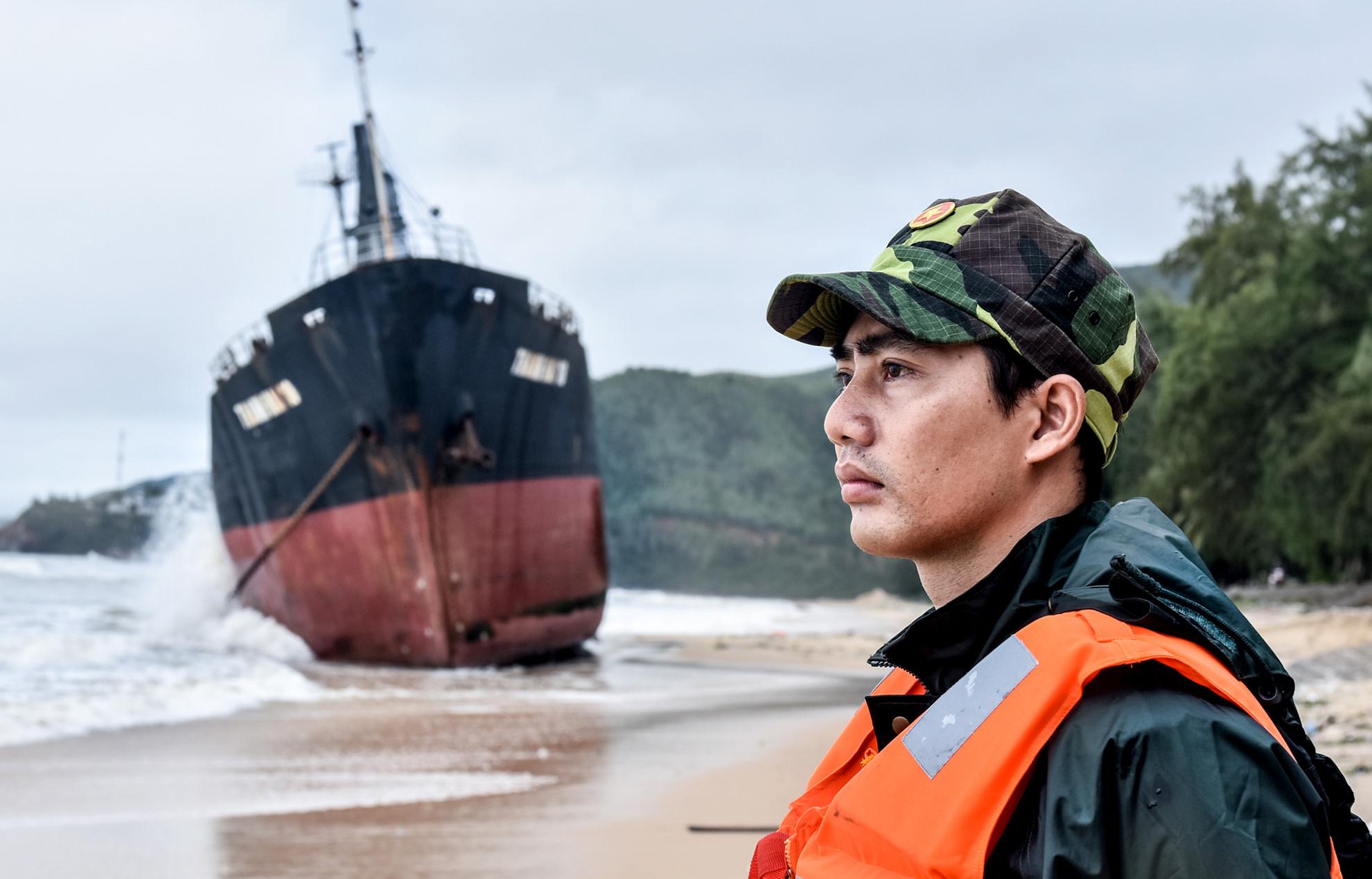"""""""Nghĩa địa"""" tàu hàng bị chìm sau bão số 12 ở biển Quy Nhơn"""