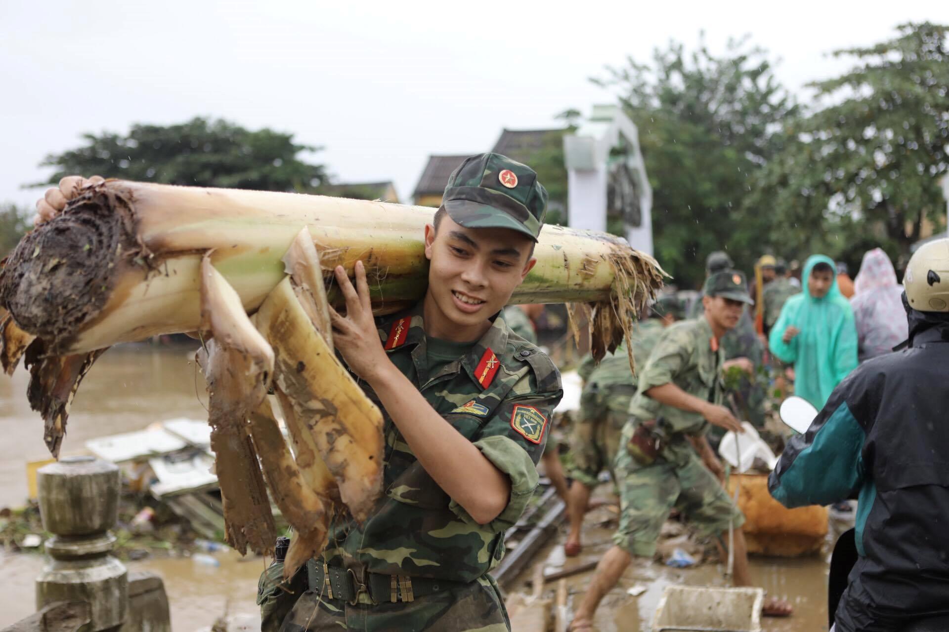 Lũ rút, quân đội cùng người dân Hội An tất bật dọn vệ sinh
