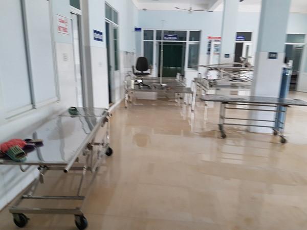 Mất điện nước, bệnh viện bị cô lập trong lũ mổ cứu 6 sản phụ