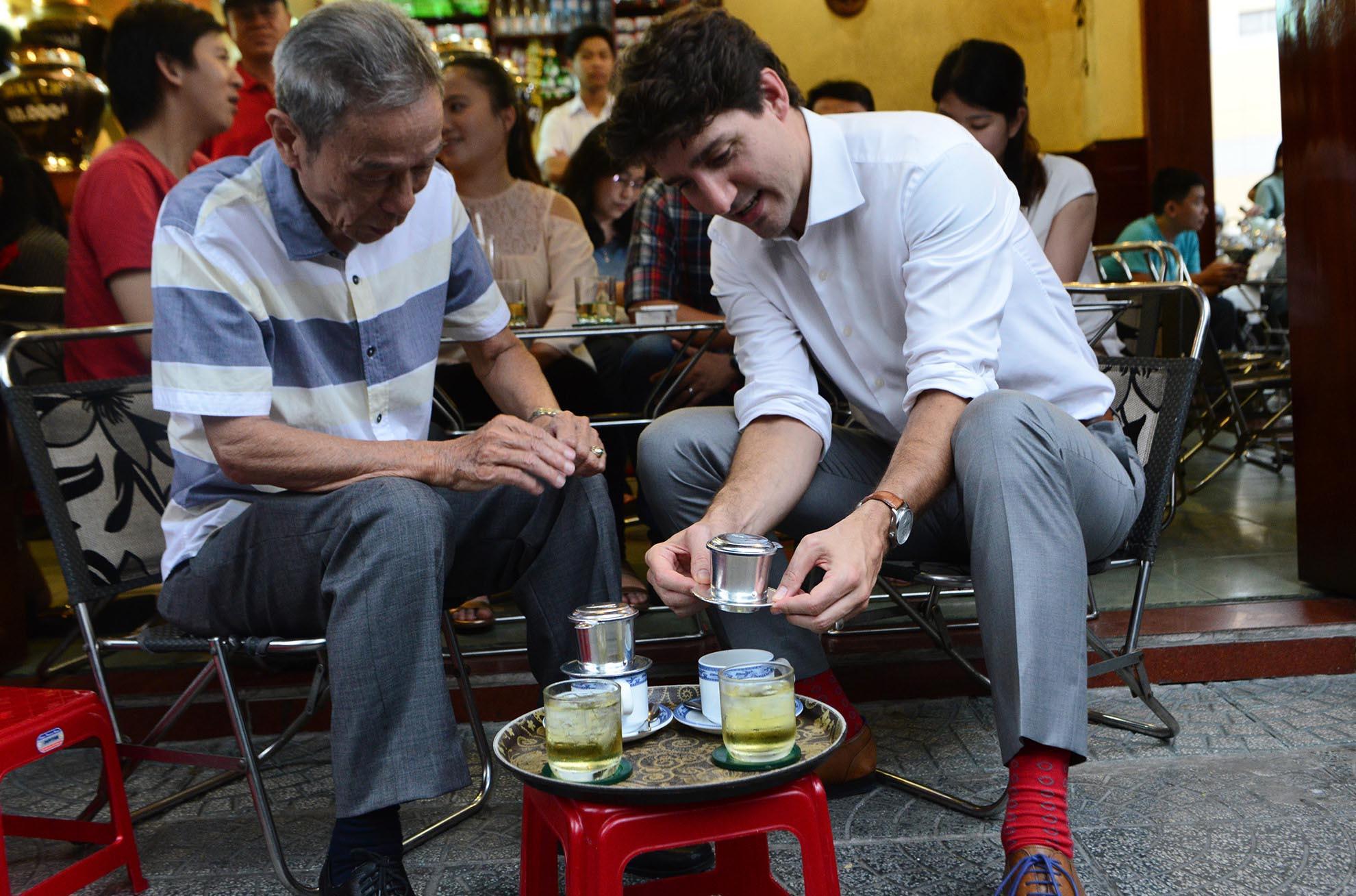 Dân Sài Gòn tò mò khi thủ tướng Canada ngồi cà phê vỉa hè
