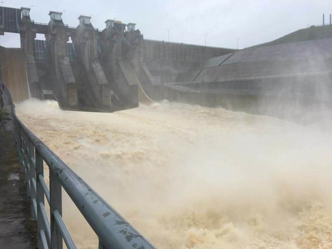 Lũ chưa dứt, thủy điện đã phải xả để đón bão số 13