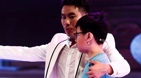 Con trai Cát Phượng - Thái Hòa lên sân khấu, gọi Kiều Minh Tuấn là ba
