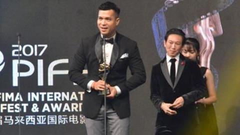 Đạo diễn Đường Quý Lễ trao giải cho Trương Thế Vinh tại LHP châu Á