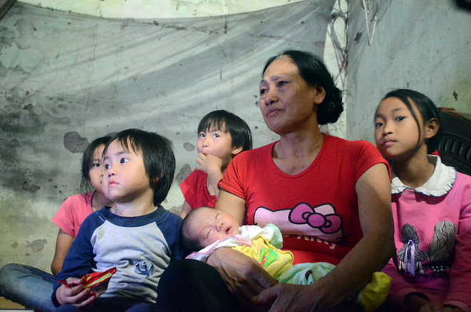 Cặp vợ chồng sinh 8 đứa con sau 12 năm cưới nhau