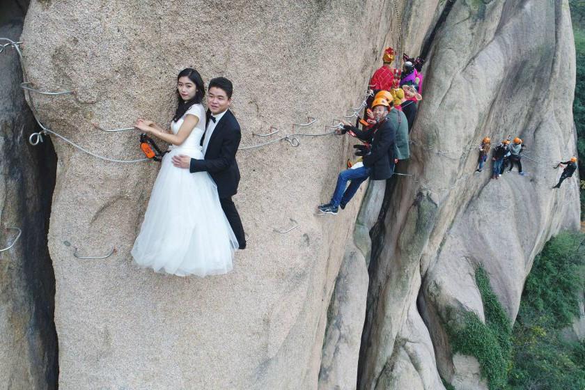 Đôi trẻ treo mình lơ lửng chụp ảnh cưới ở độ cao hơn 100 m