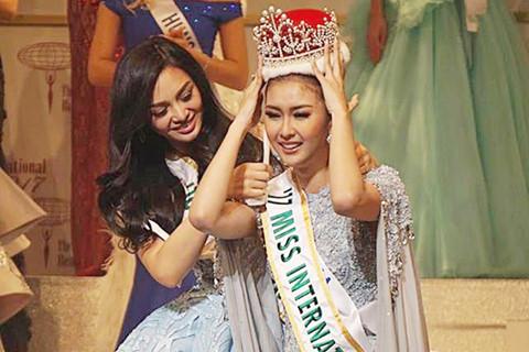 Người đẹp Indonesia khóc nức nở khi đăng quang Hoa hậu Quốc tế 2017