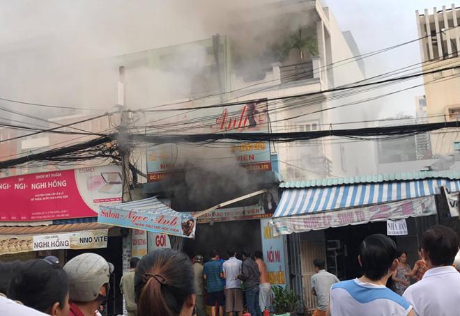 Nhảy qua ban công thoát khỏi vụ cháy tại tiệm làm tóc ở Sài Gòn