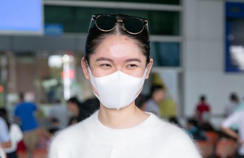 Á hậu Thuỳ Dung lộ mặt bị thuỷ đậu tại sân bay về Việt Nam