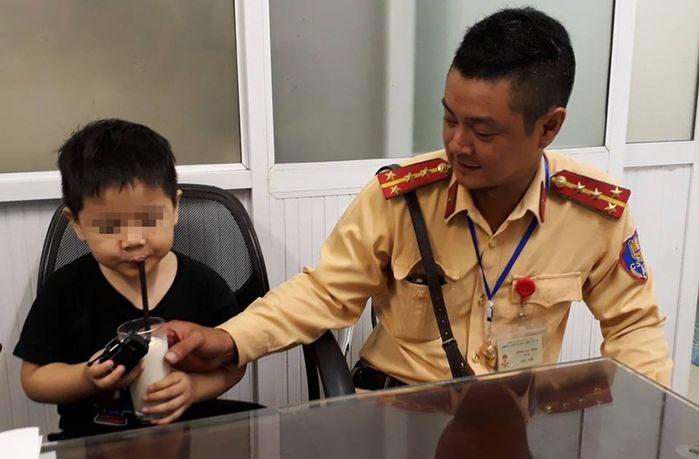 Bé trai 4 tuổi đi lạc, lang thang giữa giờ cao điểm được CSGT tìm lại người thân