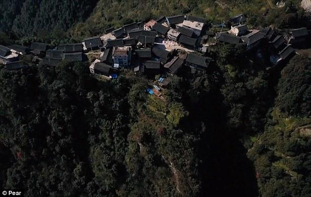 Ngôi làng nằm cheo leo trên đỉnh vách đá
