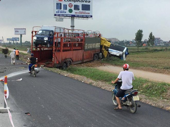 Xe đầu kéo đâm ôtô khách văng khỏi đường cao tốc
