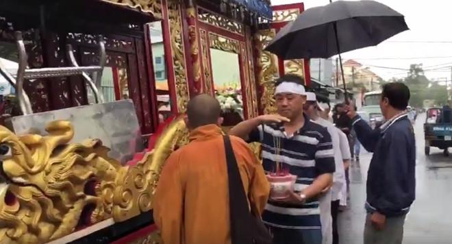 Phút cuối tiễn biệt diễn viên Nguyễn Hoàng trong ngày mưa bão