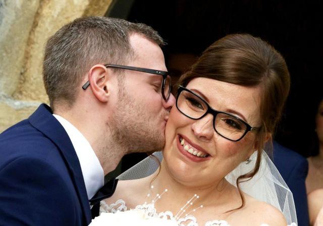 Cô gái trải qua 18 cuộc phẫu thuật khuôn mặt biến dạng đã lấy được chồng