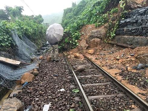 Đường sắt Bắc - Nam liên tục bị tê liệt do gặp sạt lở
