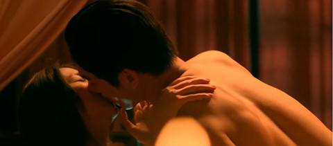 """""""Mẹ chồng"""" khoe cảnh nóng táo bạo của siêu mẫu Thanh Hằng"""