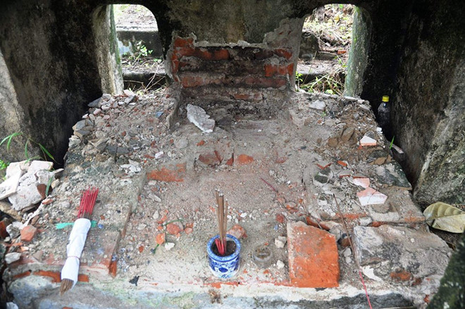 Kẻ xấu đào tấm bia mộ mẹ vua Dục Đức để tìm kho báu?
