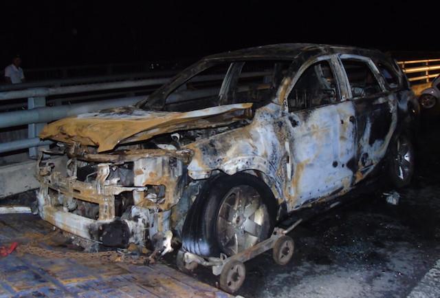 Xe 7 chỗ cháy rụi trên đường dẫn cầu Cần Thơ