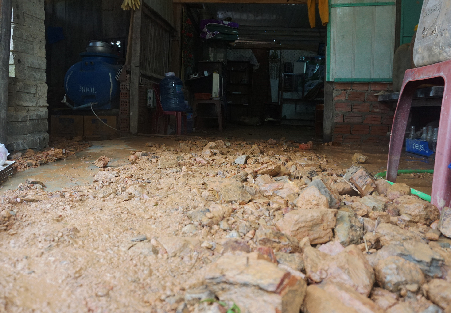 Hàng trăm m3 đất đá từ dự án làm đường tràn thẳng vào nhà